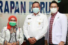 Bpk. Wakil Wali Kota Bekasi dan Ibu Wakil Wali Kota Bekasi bersama Plt Direktur RS. Taman Harapan Baru dr. Juan Gunawan, SpOG